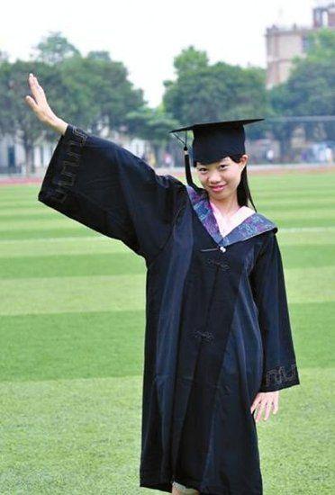 24岁的副科级干部胡容大学毕业留影。(受访者供图)