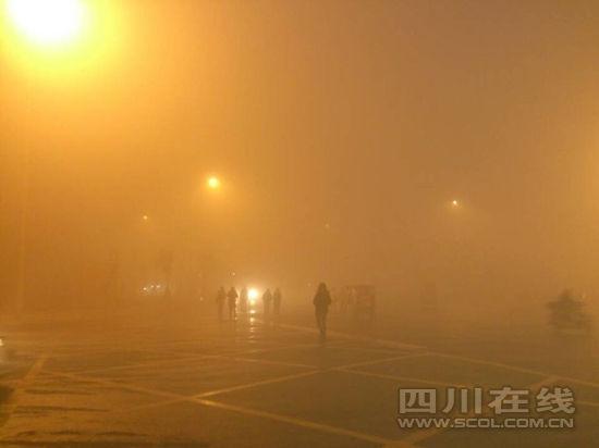 成都城区遭受大雾侵袭