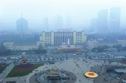 1月13日下午3点,成都市区能见度很低。陈羽啸摄