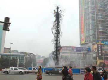 龙抱柱遭烧成光架子。