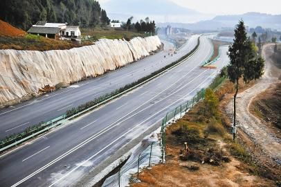 巴南高速施工人员正在为即将开通路段划路面标线