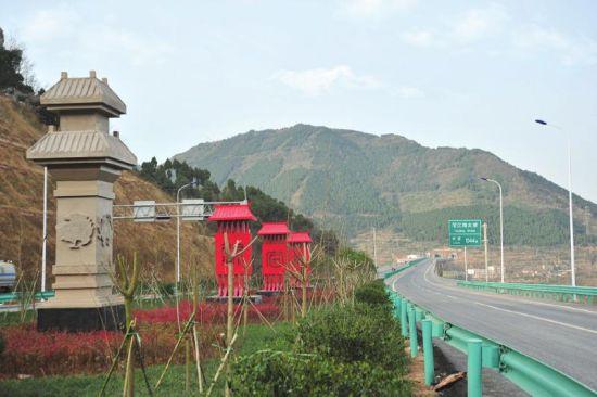 路边绿化带中的古蜀文化造型立柱