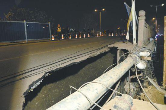 """1月22日,岷江二桥引道出现""""窟窿""""。"""