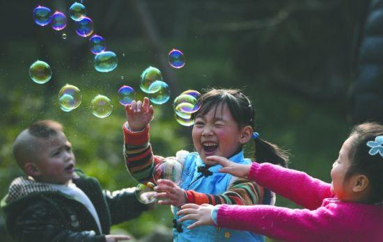昨日阳光明媚,小朋友在人民公园里玩泡泡 王效 摄