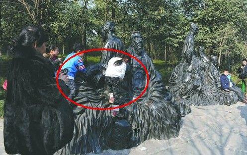 1月26日,浣花溪公园,小朋友爬上雕塑玩耍