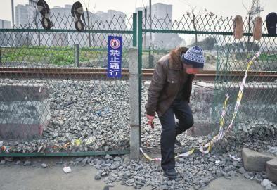 1月28日,事发地仍有居民横穿铁轨。