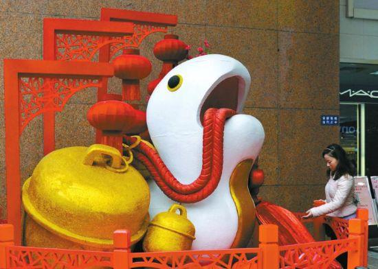 春熙路某商场门口摆放的蛇型雕塑。