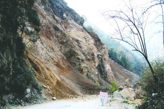 道路已被坍塌的土石掩盖,一眼望不到头