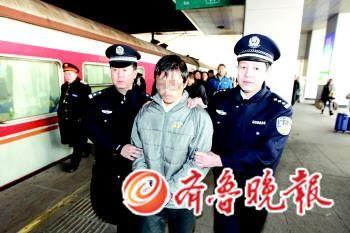 警方将犯罪嫌疑人陈某押解回济。