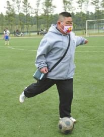2012年11月4日,癌症小伙廖春磊为一场为他募捐的足球比赛开球。雷远东摄