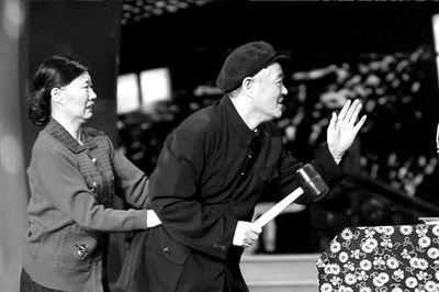 10日,江苏卫视春晚上,赵本山在表演封山之作《有钱了》。图/CFP