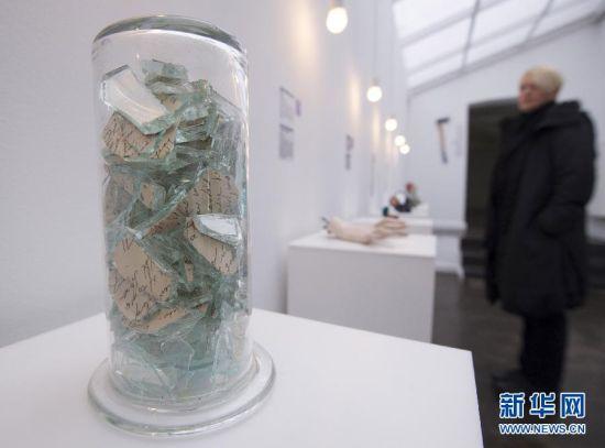 """2月12日,参观者在克罗地亚首都萨格勒布的""""失恋博物馆""""观看展品。"""