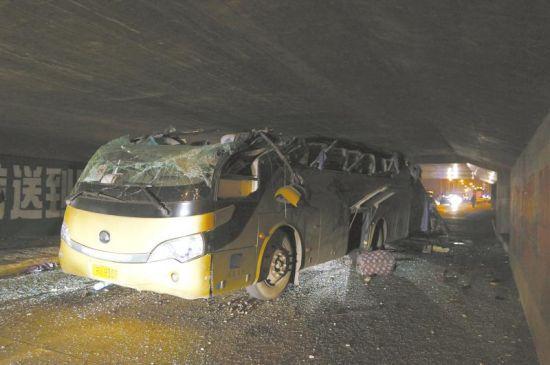 事发现场,客车车顶被掀翻。摄影张玉
