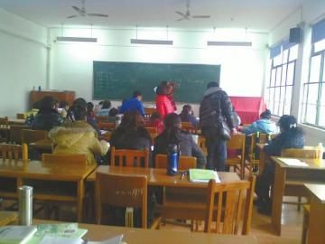 寒假冲刺班,父母陪孩子补课。