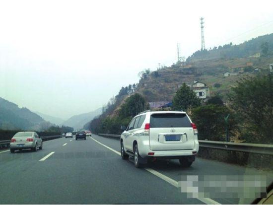 高速路上,车辆违法占用应急车道。