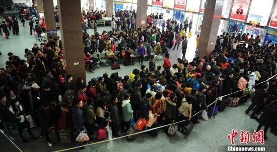 眉山客运中心站内前往成都的候车旅客排起长队