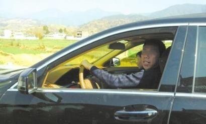 网友曝光的奔驰驾驶员。(图据网络)
