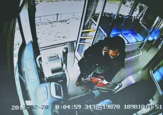 监控显示,待乘客安全下车后,肖琳才拨打120救助,而公交车地板上有血迹