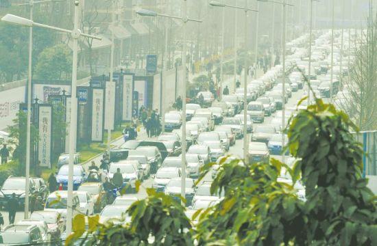 送学生报名的车排起长龙。