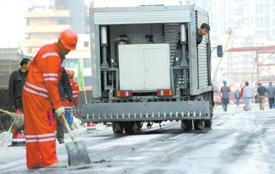 2月26日,成都二环路东段桥面进行路面防水层施工