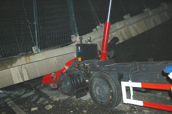 人行天桥横梁砸在货车上。