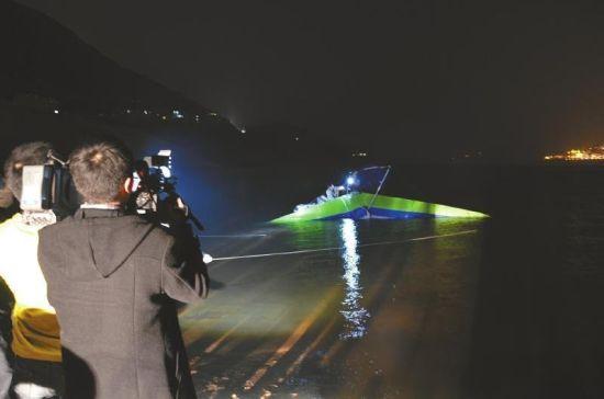 2013年2月26日,衣瑞龙的遗体和三角翼被一起打捞上来。(图片来源:四川新闻网)