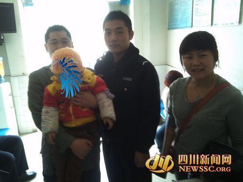 民警将孩童送到父母身边