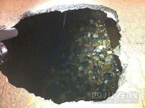 成都东大街附近道路突然地陷 深约3米(图)