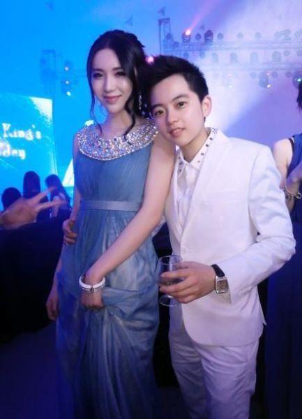 """最近微博上一位信息为""""张家乐""""的博友被网友挖掘出来,信息显示,来自于深圳,年龄约为16岁,微博信息尽是奢华生活的照片与信息。"""