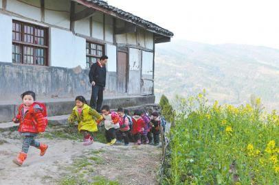 3月5日下午5点,廖占富老师护送孩子们放学回家。