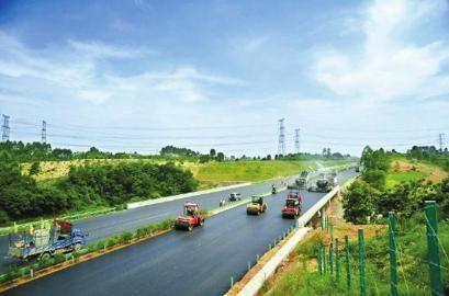 成自泸赤高速公路施工现场。