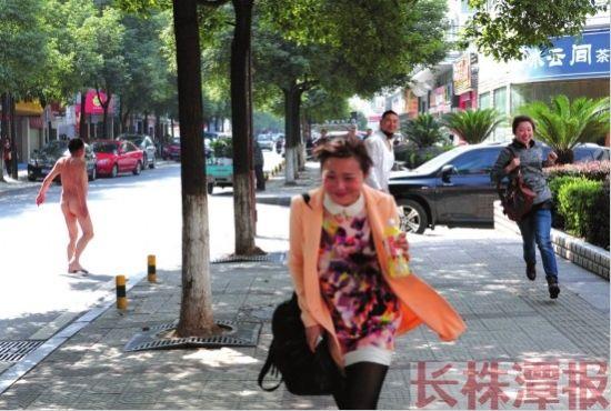 3月5日,株洲市天伦路,一名患有精神病的男子全身赤裸走在路上,把路过的两名女子吓得花容失色,赶紧跑开。