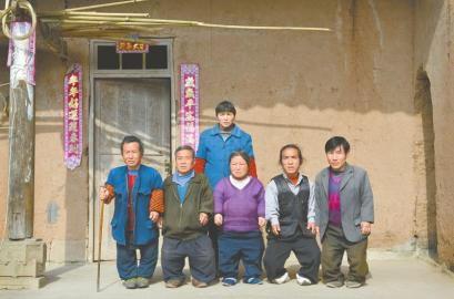 杨家六姐弟合影(后排为大姐杨秀清)。