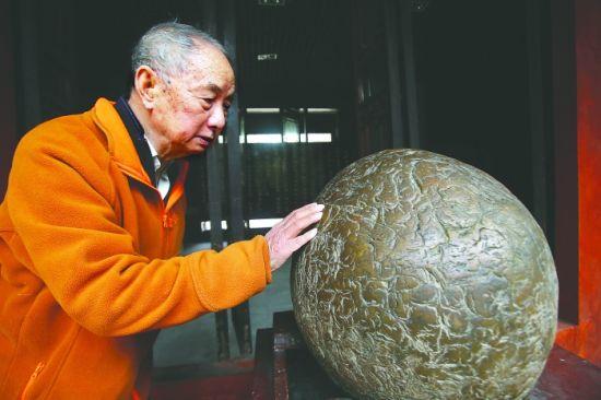"""刘兴诗仔细察看后认为,""""陨石""""上的纹路系人工雕琢"""