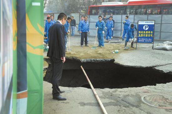 太升南路和忠烈祠东街十字路口塌陷出的大坑。