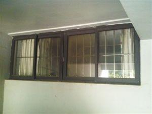 囚禁女孩的地下室窗户。