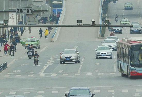 蜀都大道路口安装的电子眼可抓拍黄标车。