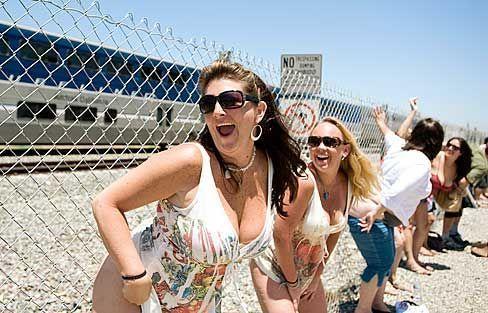 加州男女脱裤欢度露臀节