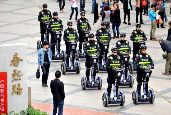 3月14日,巡警踩着智能平衡车在春熙路步行街巡逻。