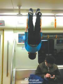 """""""熊孩子""""地铁列车内倒挂金钟"""