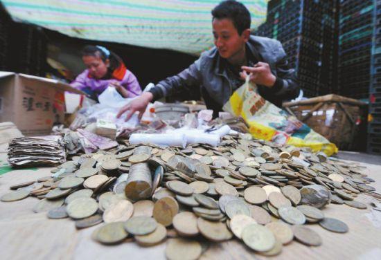 3月18日,凤凰立交附近,张付陵清理3万多元硬币和零钱。