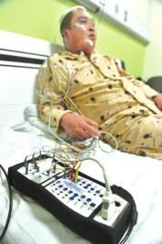 3月19日,川大华西医院,用仪器分析影响患者睡眠的因素。