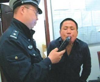 民警正对石某进行酒精测试。