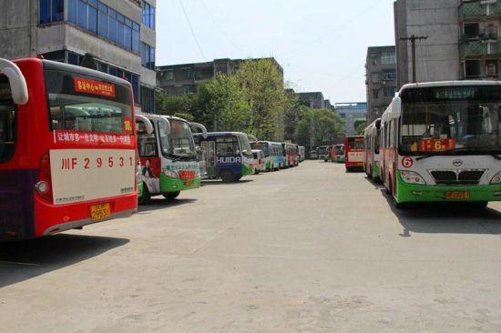 宏运公司内停运的公交车。