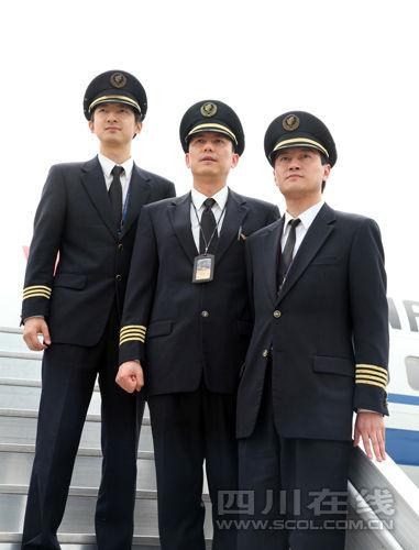 机长唐凯(前)、张翃宇(中)和副驾驶王凌(后)惜别B2599号飞机