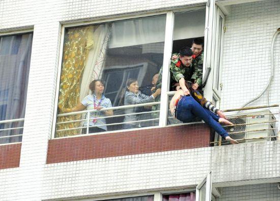 """3月31日,科华街5号爱舍儿酒店502室,消防战士救下""""轻生女""""。"""