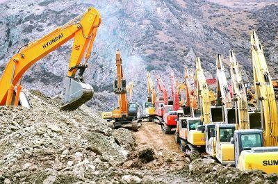 3月31日,挖掘机正在救援现场紧张作业。光明日报记者 尕玛多吉摄