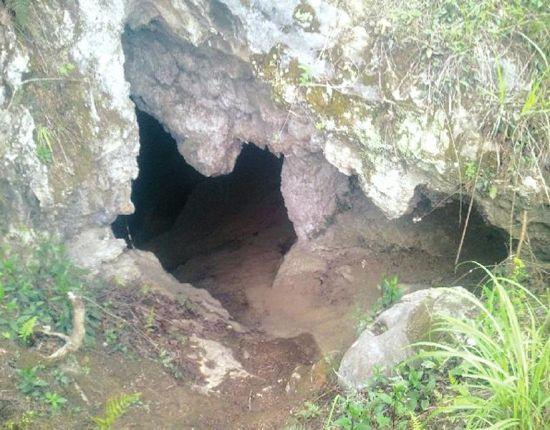 天梁洞陡峭的洞口
