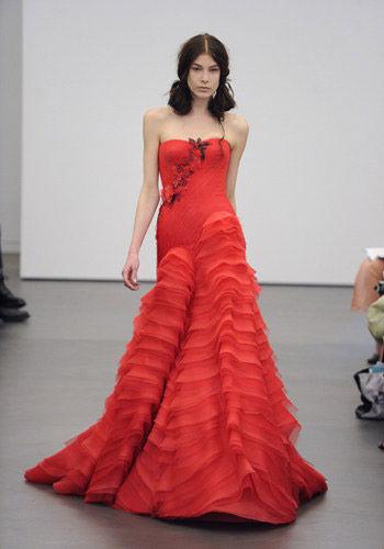 提及红色主题婚礼,新人们就会联想到传统中式礼服