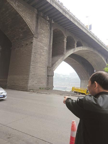 男子纵身从这里跳下桥